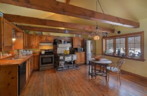Eat-in Country Kitchen - Country homes for sale and luxury real estate including horse farms and property in the Caledon and King City areas near Toronto